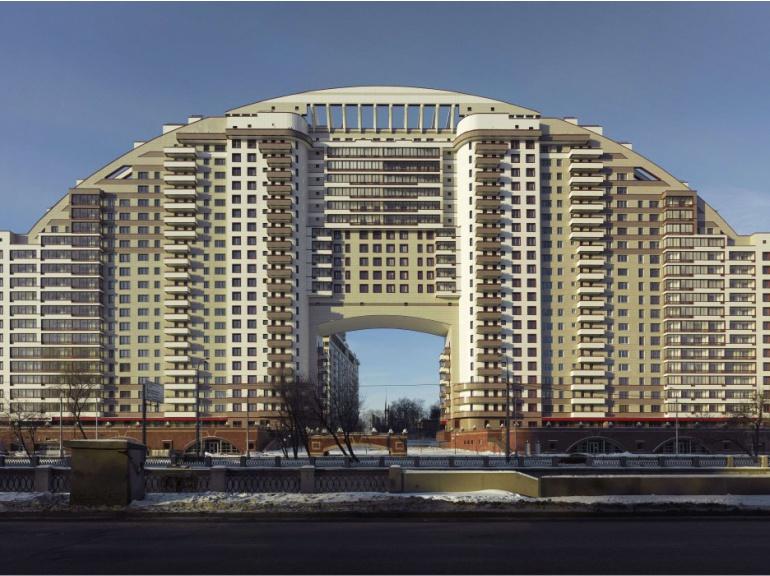 Baptisé l'arc en ciel, ce gigantesque immeuble résidentiel moscovite regroupe 414 appartements d'une surface moyenne de 91 m2. Il a été livré en 2009.