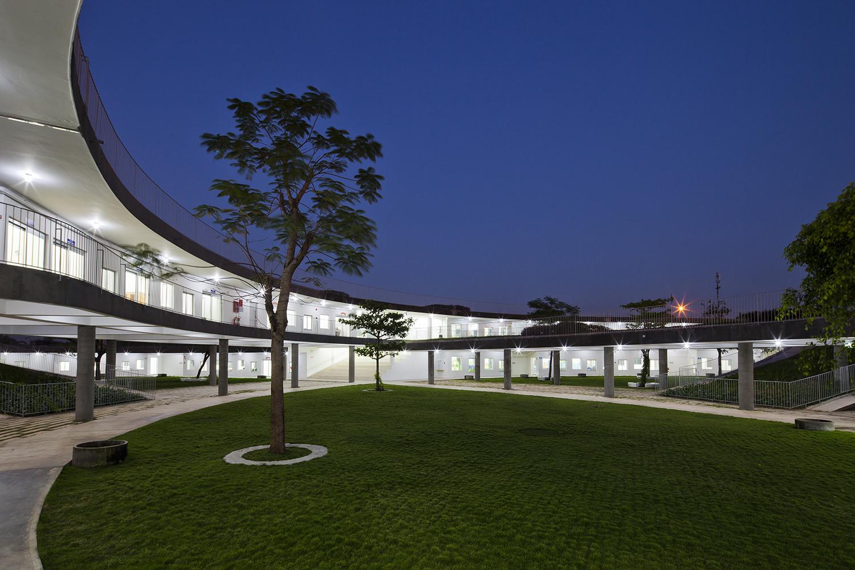 16_night_western_courtyard