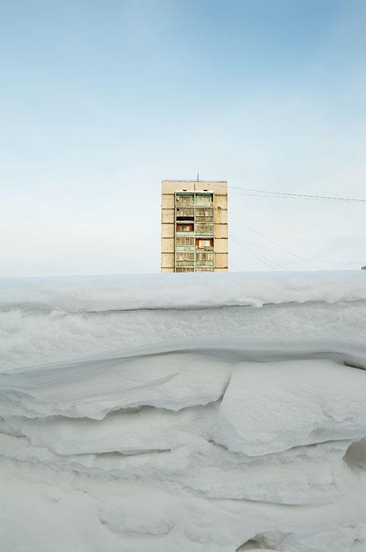 La couverture neigeuse persiste dans Norilsk entre 7,5 à 9 mois de l'année. Pendant l'hiver le territoire de Grand Norilsk est couvert d'environ 2 millions de tonnes de neige, soit 10 tonnes par habitant. En mars la neige s'accumule au bord des rues parfois transformées en tunnels.