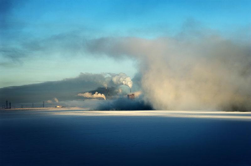Avec une population de 175 300 habitants, Norilsk est une des plus grandes villes au-dessus du cercle polaire. La Ville-Usine de Norilsk n'a ainsi qu'une raison d'être : abriter le combinat industriel et minier de Norilsk Nickel, le plus grand complexe sidérurgique, métallurgique et de fonderie au monde. Ce complexe, à lui seul, représente près de 2% du PIB russe.