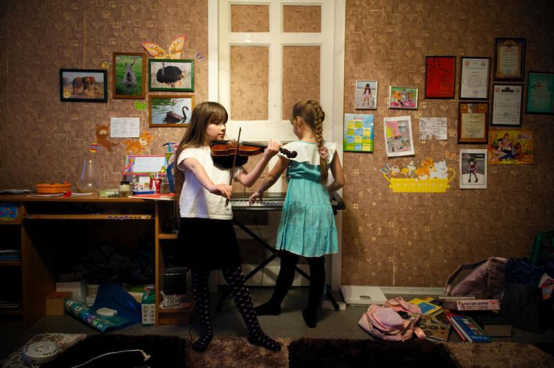 Aktirovka est un mot magique pour la plupart des écoliers de Norilsk. C'est aussi un mot nostalgique pour ceux qui ont passé leur enfance ici. Cela veut dire que suivant les conditions météos il est recommandé pour les enfants âgés entre 7 et 17 ans de rester chez soi sans aller à l'ecole/college/lycée. Il n'est pas possible de prévoir les jours où l'aktirovka sera annoncée. Donc souvent les enfants restent chez eux tous seuls sans les adultes. Les devoirs sont envoyés par les professeurs par sms sur les téléphones portables. Les jours d'aktirovka peuvent durer parfois une semaine. Malgré ces omissions fréquentes de leçons dans l'établissement scolaire, le niveau de l'éducation à Norilsk est bon par rapport au niveau national de la Russie.