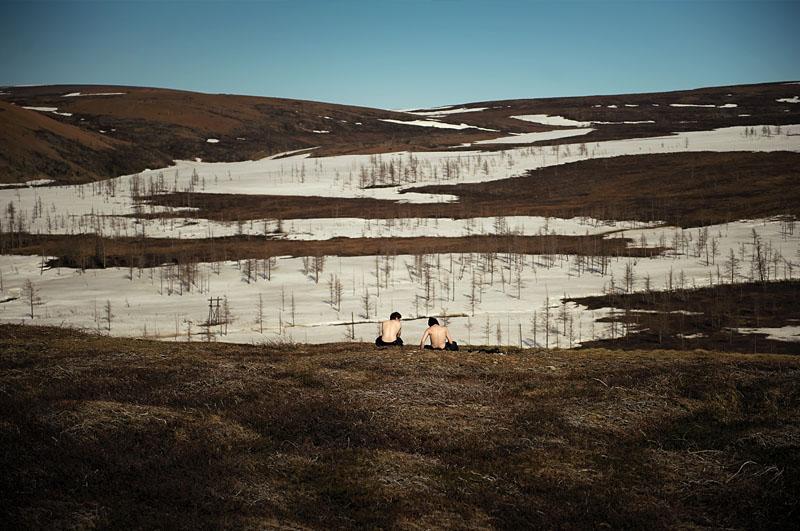 Après 9 mois passés en espaces clos, la population de Norilsk s'évade dans la toundra lors de longues excursion pendant l'été. Les habitants de Norilsk ont un contact privilégié avec la nature, apprivoisant la neige l'hiver, et parcourant les espaces vierge du nord l'été.
