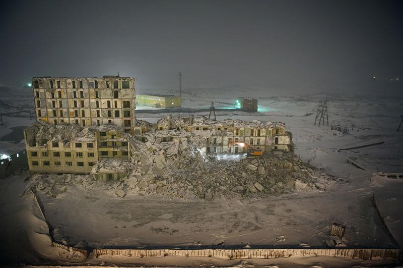 Norilsk est confrontée, malgré sa prospérité, à de gros problèmes d'entretien de son parc immobilier. La majeure partie des habitations de Norilsk a été construite sur pilotis. Le dégel du permafrost rend instables les fondations des édifices, les murs de soutiens se fissurent et les bâtiments sont progressivement abandonnés, inhabitables. Aujourd'hui, le principal problème de la ville est le dégel des couches supérieures du pergélisol, ce sol gelé en permanence, sous l'effet de nombreux facteurs : -élévation de la température globale de la région de Norilsk. - influence du milieu urbain. - Pendant de nombreuses années, principalement à la suite de l'effondrement de l'URSS, les canalisations souterraines n'ont plus été entretenues et de nombreuses fuites d'eau chaude sont apparues. - rejets des substances polluantes dans l'atmosphère. - concentration importante de sel dans le sol, suite au déneigement abondant de la ville.